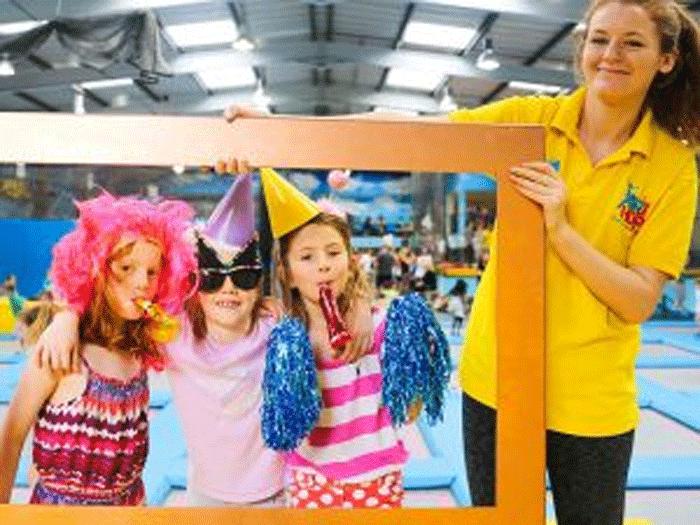kindergeburtstag feiern im trampolinpark in m nchen tikidos. Black Bedroom Furniture Sets. Home Design Ideas